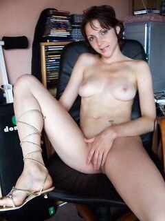 Русская девушка любит сосать член парня и позирует на камеру секс фото и порно фото