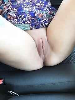 Тёлка оголила пизду и мастурбирует в салоне своего авто секс фото и порно фото