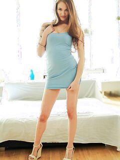 Девушка с выбритой киской позирует на мягкой кроватке секс фото и порно фото