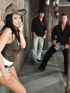 Курящая брюнетка удовлетворяет своими дырками троих парней секс фото и порно фото