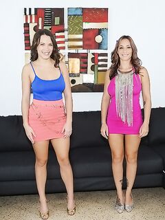 Две американки вылизывают друг другу дырочки на замшевом диване секс фото и порно фото