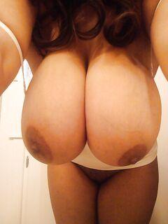 Пышные телочки демонстрируют свои габаритные дойки секс фото и порно фото