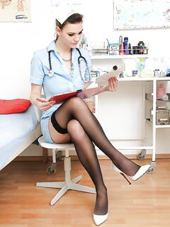 Медсестра раздвигает половые губки и дрочит писю секс фото и порно фото