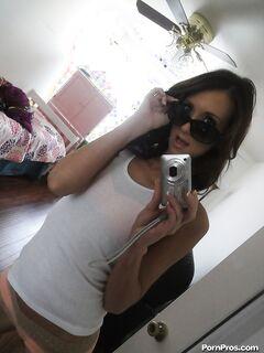 18-летняя крошка делает домашнее селфи голышом секс фото и порно фото