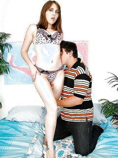 Молодчик после минета одевает презерватив и трахает мамочку в лохматую манду секс фото и порно фото