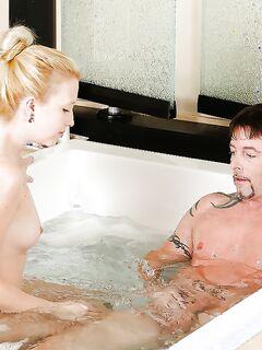 Блондинка дрочит пенис и лижет его уздечку в ванне секс фото и порно фото