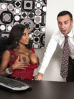 Босс насаживает чернокожую секретаршу на большой конец в офисе секс фото и порно фото