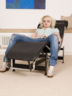 Голая блондинка Natalie Steel позирует у батареи с синей подушкой секс фото и порно фото
