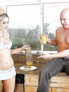 Лысый кончил в рот и на лицо блондинки после утреннего перепихона секс фото и порно фото