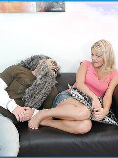 Ебарь напугал блондинку страшной маской и отпердолил её писю раком секс фото и порно фото