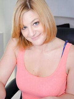 Голубоглазая Эшден Уэллс демонстрирует своё тело дома секс фото и порно фото