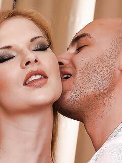 Мужик ебёт во все дыры блондинку и кончает в рот секс фото и порно фото