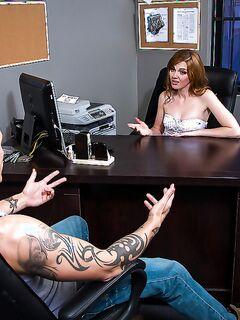 Татуированный мужик трахает голубоглазую секретаршу на рабочем месте секс фото и порно фото