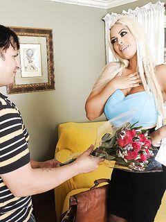 Пухлый задрот подарил сисястой мамке цветы и член в рот и манду секс фото и порно фото
