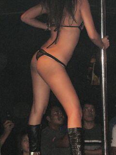 Азиатки танцуют стриптиз в эротическом белье и сапогах у шеста секс фото и порно фото