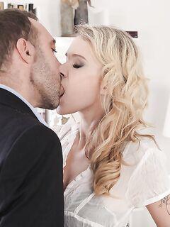 Небритый бизнесмен в расстегнутой рубашке порет в анус Angel Piaff секс фото и порно фото