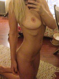 Молодые милашки с голыми сиськами делают селфи у зеркала секс фото и порно фото