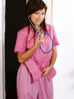 Тайская медсестра дразнит пациента голой писечкой секс фото и порно фото