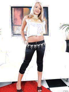 Загорелая блондинка снимает штаны с цепью на красном ковре секс фото и порно фото