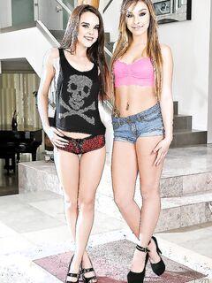 Две молодые лесбочки помогают друг дружке раздеваться секс фото и порно фото