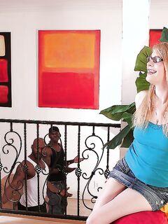 Три негра долбят очкастую блондинку с ключом на шее в очко и писю секс фото и порно фото
