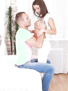 Утренний секс молодожён на белоснежной кровати с окончанием в рот секс фото и порно фото