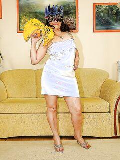 Жирная зрелка в маске снимает платье и показывает большую жопу секс фото и порно фото