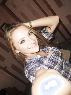 Молодая американка в рубашке позирует дома на камеру Айфона секс фото и порно фото