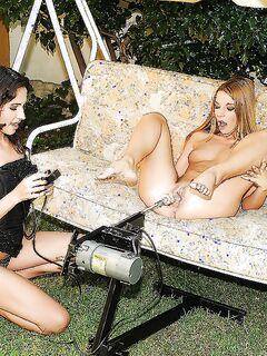 Две лесбиянки занимаются фистингом во дворе на качели секс фото и порно фото