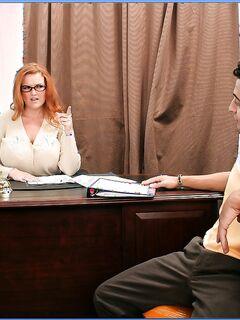 Брюнет трахает рыжую и блондинку на столе кабинета секс фото и порно фото