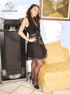 Красотка демонстрирует своё тело на желтом диване перед камерой секс фото и порно фото