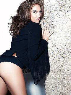 Красивая шатенка в чёрном белье раздевается для журнала Плейбой секс фото и порно фото