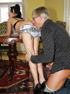 Старик наслаждается анальным сексом с двумя красотками у себя дома секс фото и порно фото
