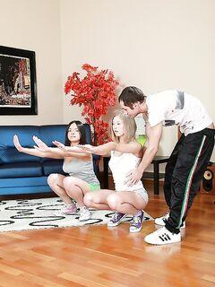 Тренер трахает в анал двух спортсменок секс фото и порно фото