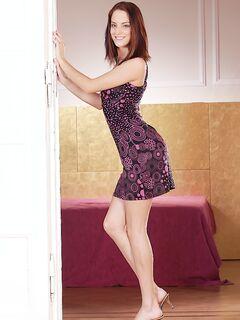 Рыжая красотка позирует на камеру, снимая свой сарафан секс фото и порно фото