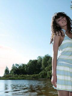 Пышногрудая красавица из России сняла платье возле лесной реки секс фото и порно фото