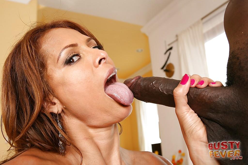 Негр жарит большим хером латинскую даму на диване секс фото и порно фото