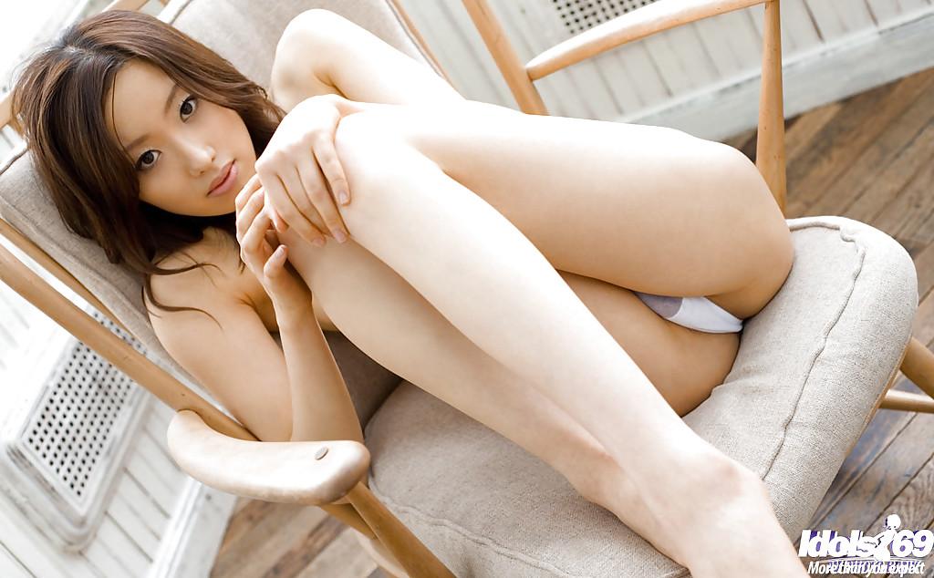 Азиатская милашка раздевается в террасе особняка секс фото и порно фото