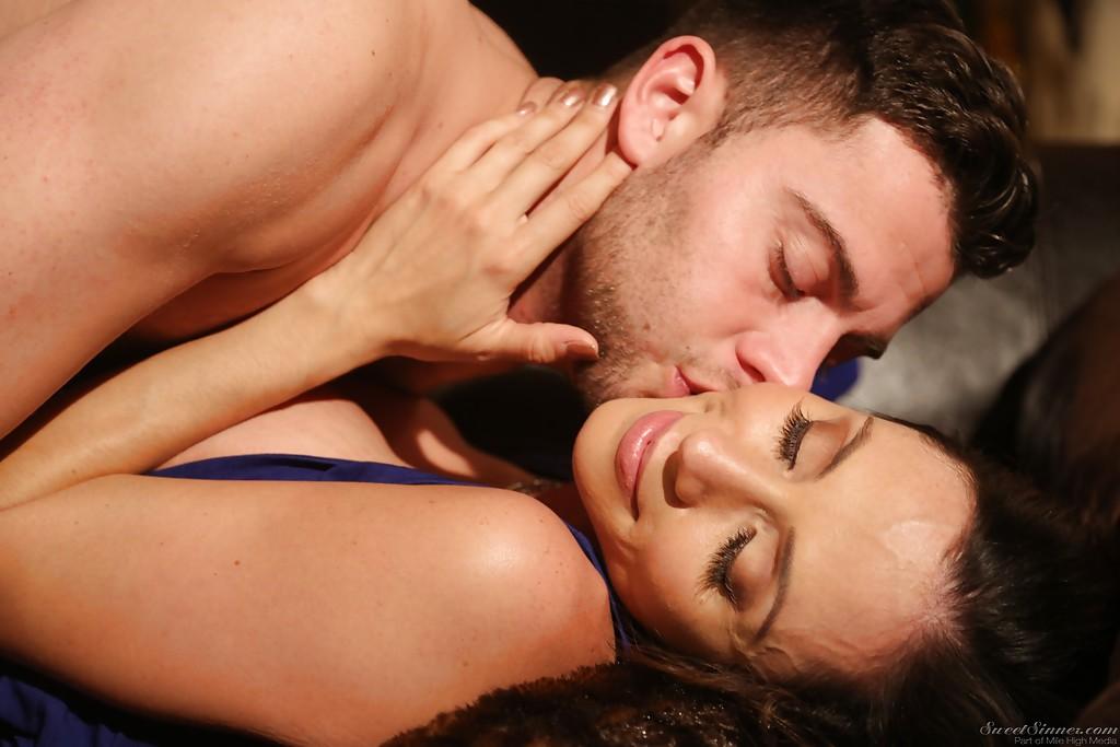 Латинская дама трахается с молодым любовником на диване секс фото и порно фото