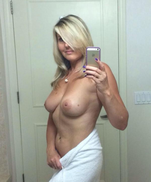 Телочки с сиськами селфятся дома в зеркалах секс фото и порно фото