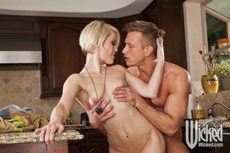 Пожарный трахает на кухонном столе Ash Hollywood секс фото и порно фото
