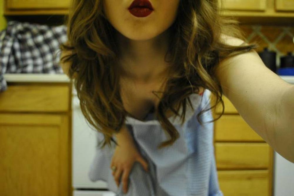 Стройная домохозяйка раздевается на кухне секс фото и порно фото