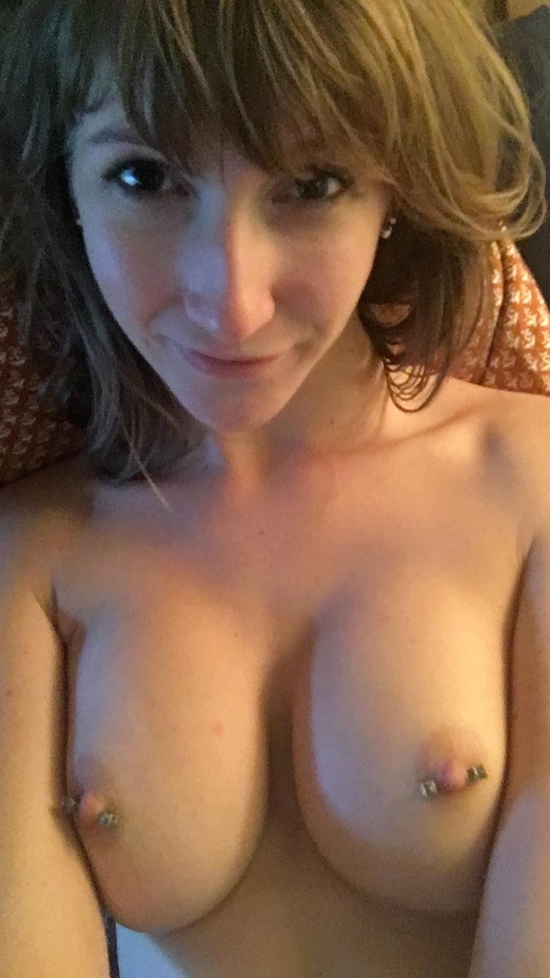 Бритая вагина и голые сиськи длинноногой телки в домашней обстановке секс фото и порно фото