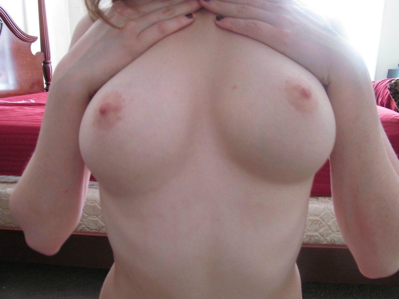 Стройная блогерша оголяет налитые сисечки для селфи секс фото и порно фото