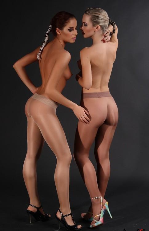 Лесбийские шалости девушек в чулках и колготках секс фото и порно фото