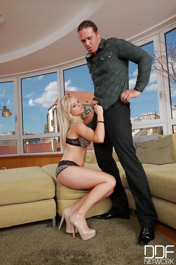 Голубоглазая блондинка сосёт член парня до камшота в ротик секс фото и порно фото