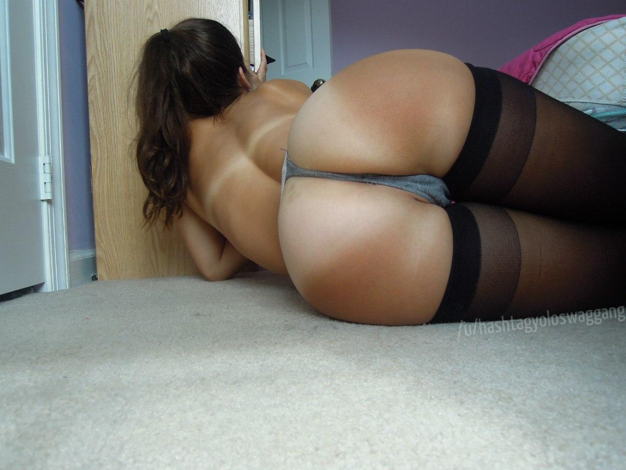 Загорелая девушка показывает свою пизду и голую попку дома секс фото и порно фото
