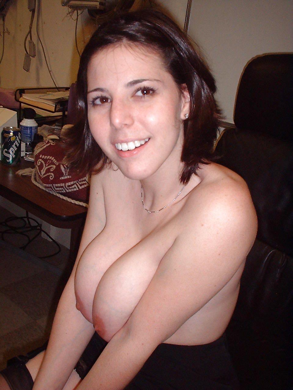 Молодая девушка дрочит член парня сиськами после минета секс фото и порно фото