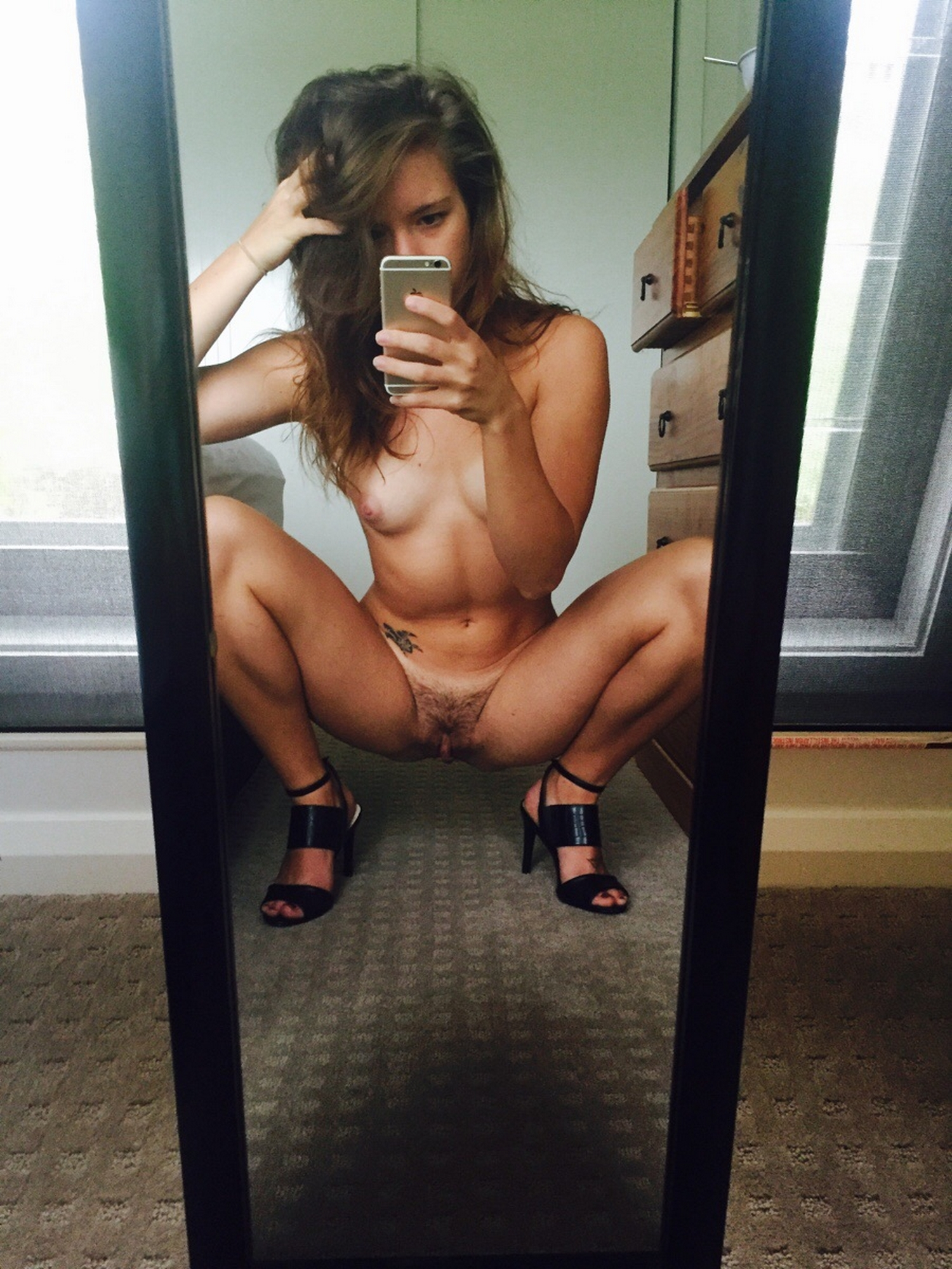 Низкая студентка раздевается дома на камеру секс фото и порно фото