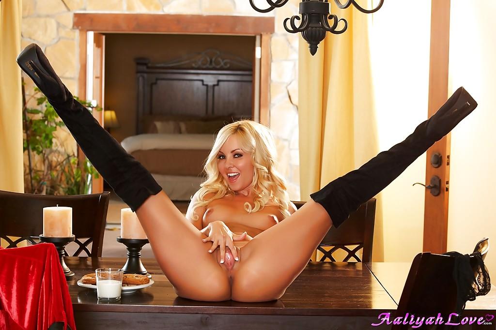 Блондинка в костюме деда мороза раздевается на деревянном столе секс фото и порно фото